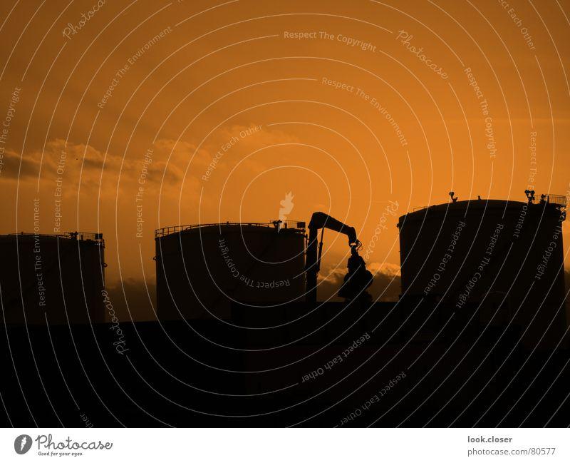 abens am Nordhafen Klärwerk verladen Hannover Feierabend Bagger Schrott Recycling industriell Hafen Handwerk Abwasserkanal Abenddämmerung Arbeitszeit