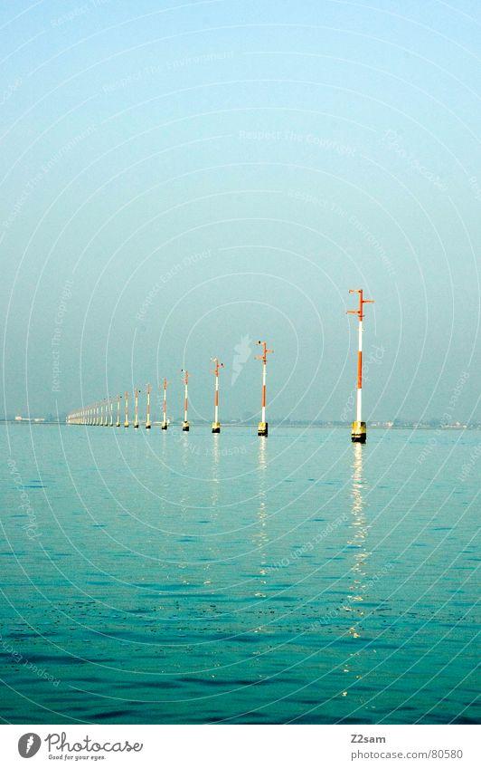 stillgestanden Aussicht stehen Ferne Orientierung Wasserstraße Meer ankern Wasserfahrzeug Verkehr Italien Venedig grün nass Himmel Leuchtmast Linie Blick