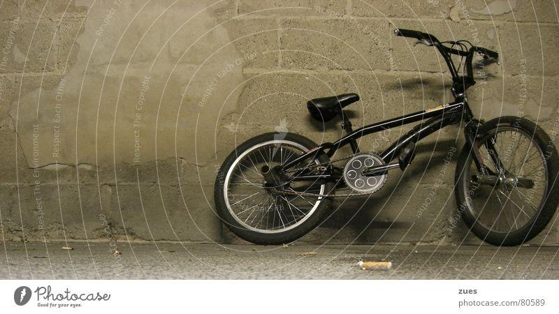 bmx an der Wand schwarz Sport Fahrrad Verkehr Bodenbelag Freizeit & Hobby Fahrzeug Garage London Underground BMX Verkehrsmittel Funsport Marburg