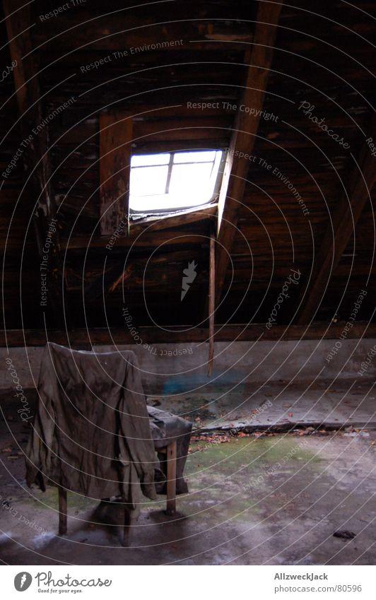 Dachbodentristesse Bekleidung anhaben Fenster Dachfenster aufhängen Uniform Licht Fensterkreuz Einsamkeit Lichteinfall Dinge Menschenleer Strebe abgelegen