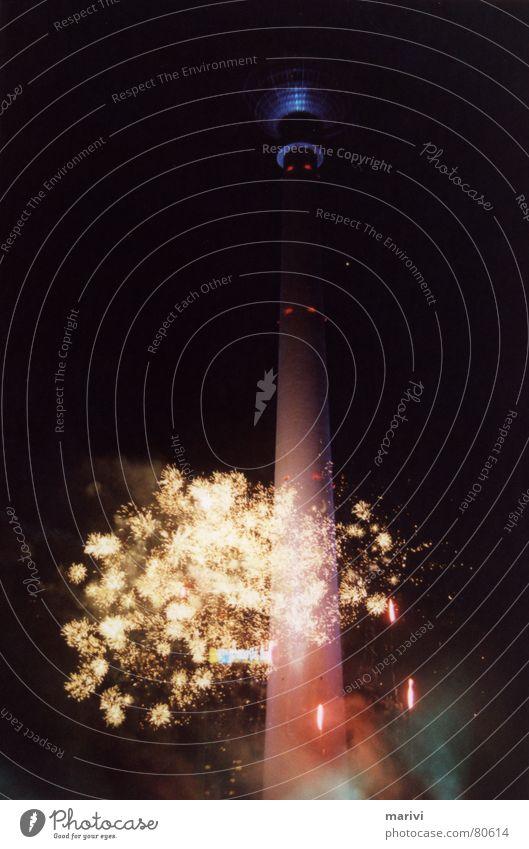 fernsehfeuerturmwerk Goldregen Nacht Licht Alexanderplatz Berlin Feuerwerk gold Berliner Fernsehturm Turm Hauptstadt Deutschland blau Kugel Himmel
