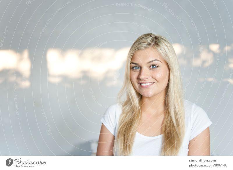Portrait Jugendliche Junge Frau 18-30 Jahre Erwachsene sprechen Glück Schule Business Zufriedenheit Erfolg Kommunizieren Studium Netzwerk Bildung Konzentration Student