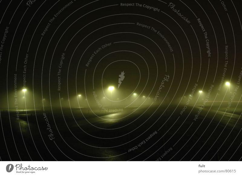 parkplatz frei ruhig Einsamkeit dunkel hell Beleuchtung Nebel Flughafen Laterne Parkplatz Scheinwerfer Schleier Lichtbrechung Flutlicht Nebelschleier