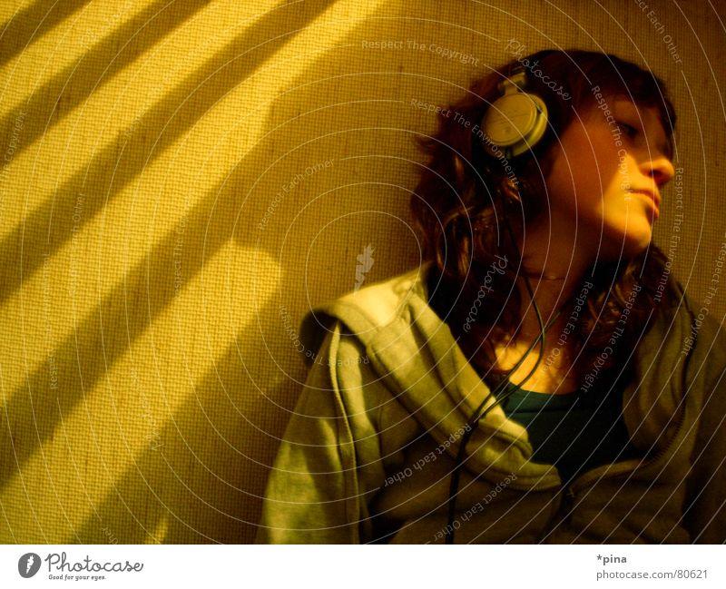 thinking about Frau Gedanke träumen aufgehen untergehen Kopfhörer erinnern Geistesabwesend Licht Denken Musik hören Gefühle Erholung Schatten headphones