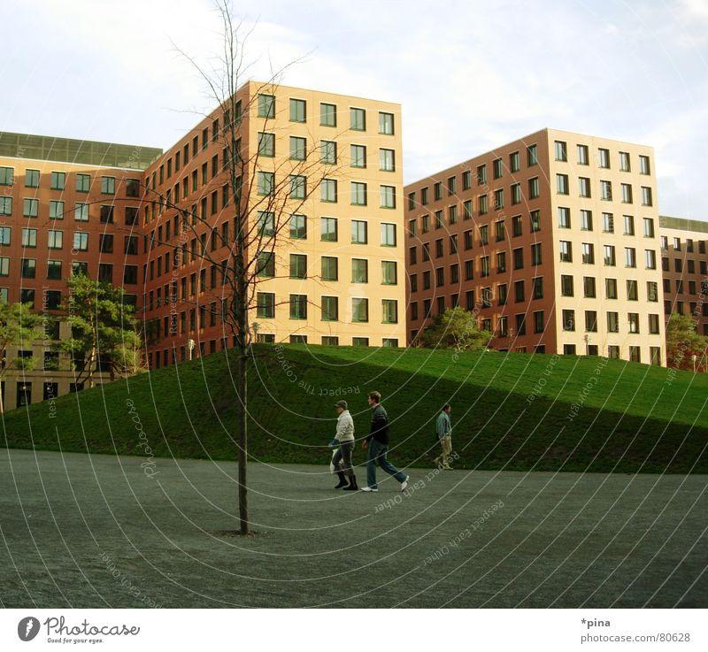 Futurama einheitlich Fußgänger gleich Hochhaus Block Gebäude Fenster Quadrat eckig Baum Herbst Wiese gepflegt Macht Ordnung Bauwerk regelmässig Rechteck