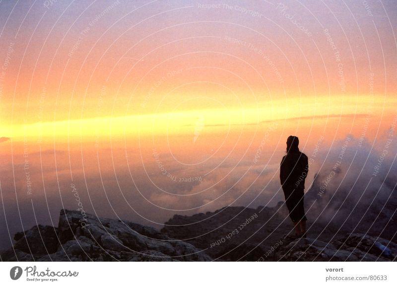 auf dem Supramonte in Sardinien Mensch Mann Himmel Wolken Einsamkeit gelb oben Berge u. Gebirge Felsen Niveau violett Italien Top abgelegen karg
