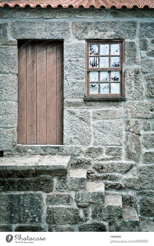 eingang Haus Einfamilienhaus Hütte Bauwerk Gebäude Architektur Mauer Wand Fassade Dach alt Stein Natursteinhaus Granit Portugal Fenster Tür Treppe Eingang
