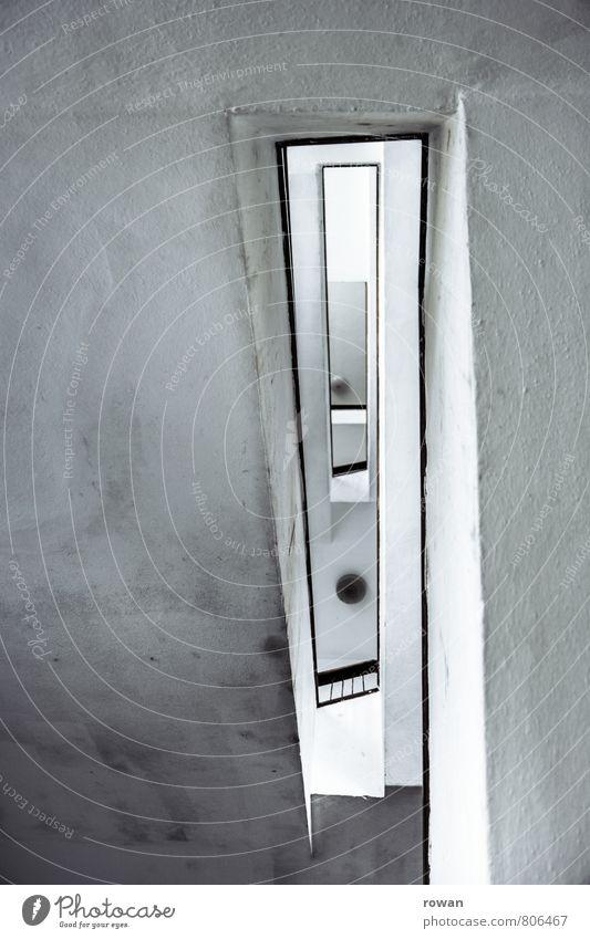 treppenauge Haus Treppe alt dreckig Treppenhaus Treppengeländer Etage Schwarzweißfoto Innenaufnahme Menschenleer Textfreiraum links Textfreiraum oben Tag