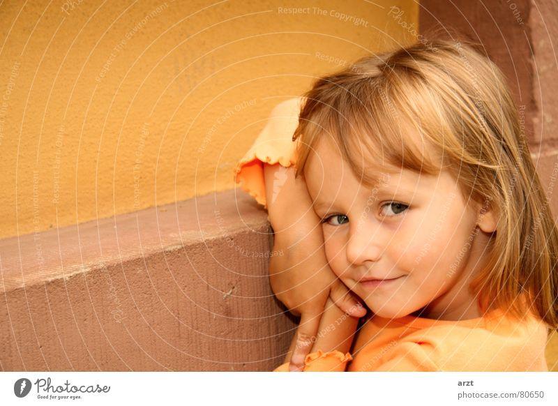a little girl Mädchen süß schön klein Wand Kind Porträt Körperhaltung Kleinkind Mauer Freundlichkeit niedlich Unbeschwertheit Unbekümmertheit grinsen Freude