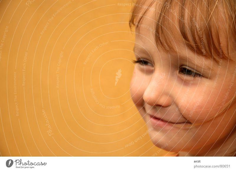 don't worry, be happy Mädchen süß schön klein Kind Porträt Körperhaltung Kleinkind Freundlichkeit niedlich Unbeschwertheit Unbekümmertheit grinsen Verschmitzt
