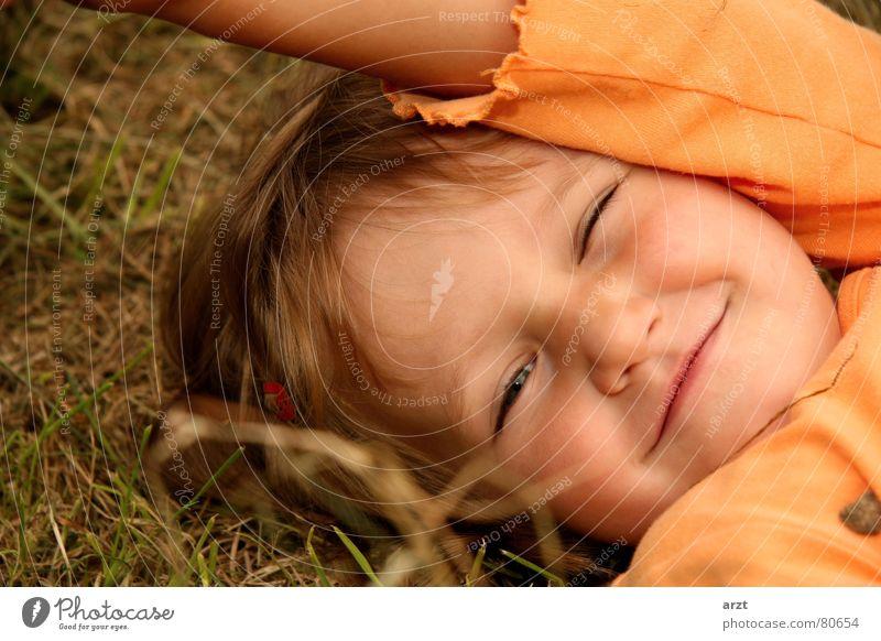 unbeschwert Kind Mädchen schön Freude lachen klein süß Körperhaltung niedlich Freundlichkeit Kleinkind grinsen Unbekümmertheit Unbeschwertheit Verschmitzt