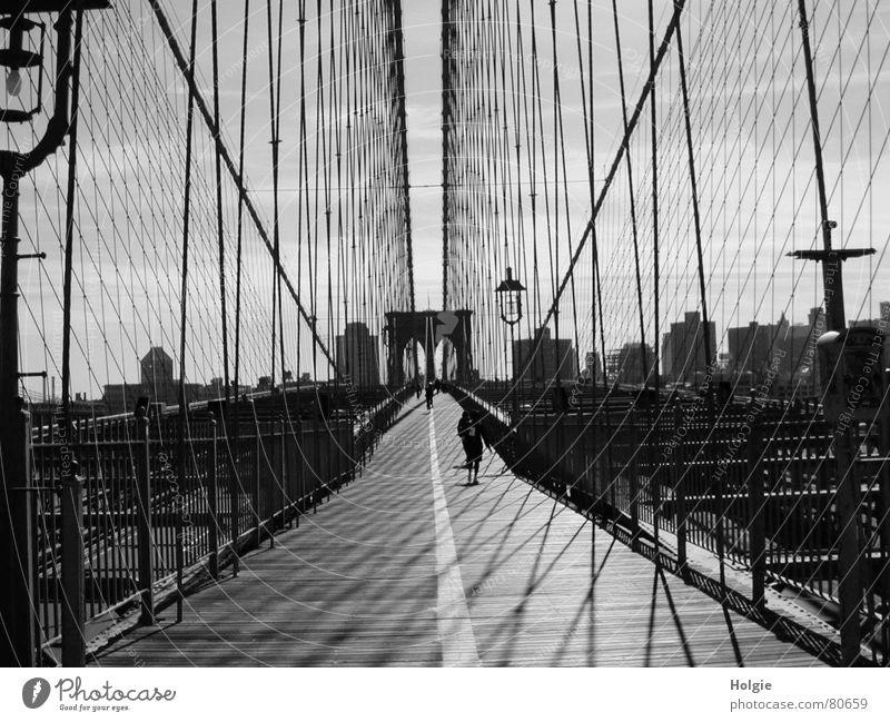 Brooklyn-Bridge Himmel Straße Brooklyn Wege & Pfade Architektur Perspektive Brücke Tunnel Laterne Mensch New York City Fußgänger Drahtseil Brooklyn Bridge