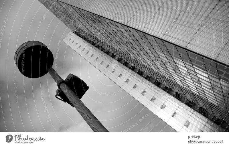 Stufenweise Grau Hochhaus Lampe trist verloren gehen Ferien & Urlaub & Reisen Sturz durchbrennen Flucht modern Macht Himmel Wege & Pfade Langeweile