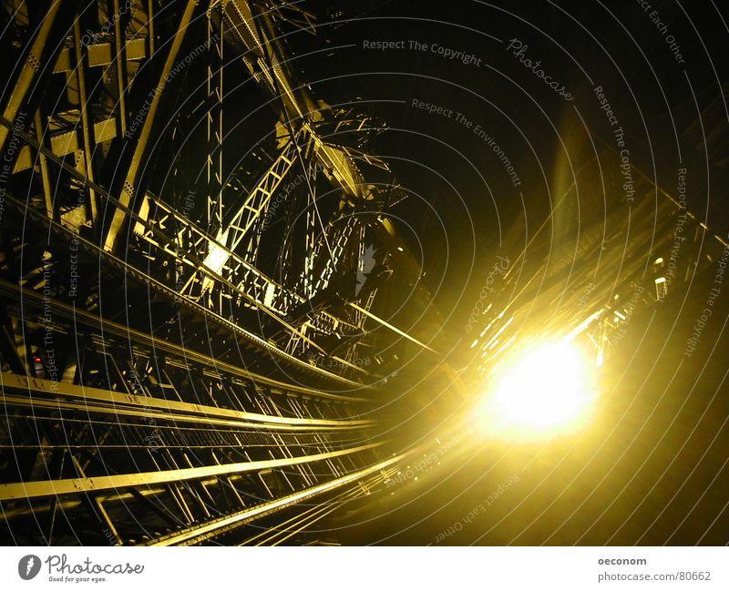 éclat parisienne Lampe Industrie Wärme Treppe Wahrzeichen Denkmal Fahrstuhl Stahl dunkel glänzend hell kalt gold aufsteigen glühen Paris Lichteinfall