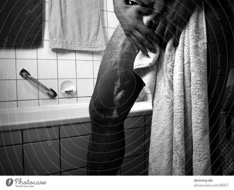 Waschtag I Mann weiß schwarz Beine Schwimmen & Baden Schwarzweißfoto Waschen Schaum Handtuch