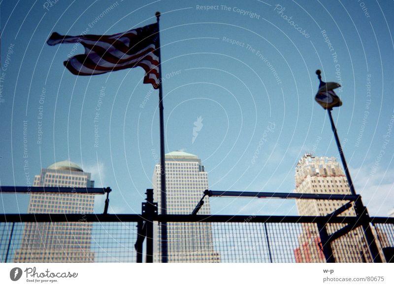 New York wehen Fahne Zaun Amerika Haus Hochhaus New York City Fahnenmast Himmel Schönes Wetter blau USA