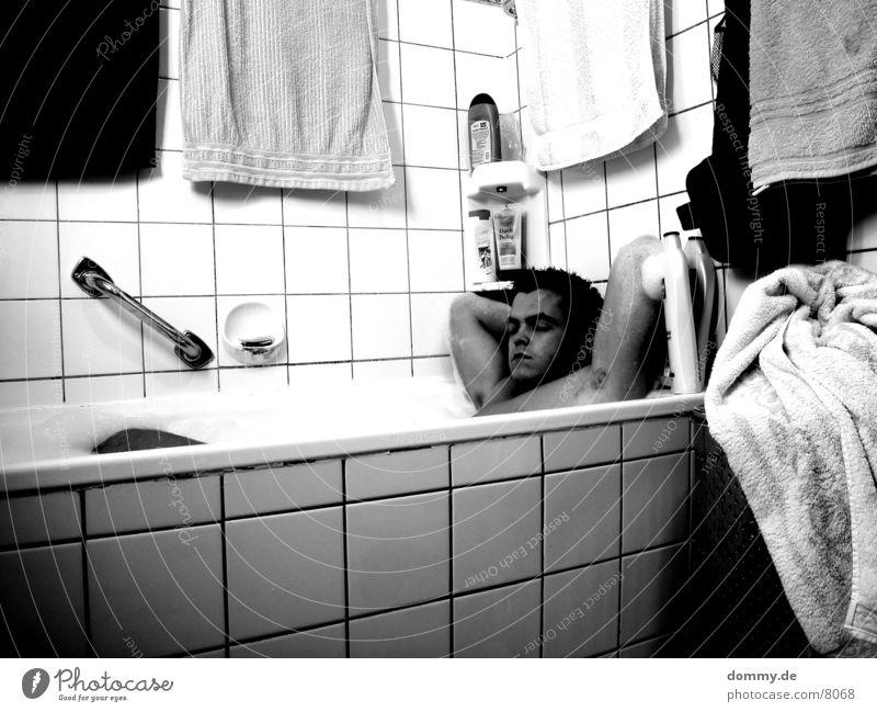 Waschtag II Mann weiß schwarz Beine Schwimmen & Baden Waschen Schaum Handtuch Schwarzweißfoto