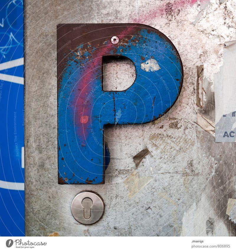 P | eace Tür Türschloss Metall Zeichen Schriftzeichen alt dreckig einfach trashig blau grau Sicherheit Verfall Farbfoto Außenaufnahme Nahaufnahme Menschenleer