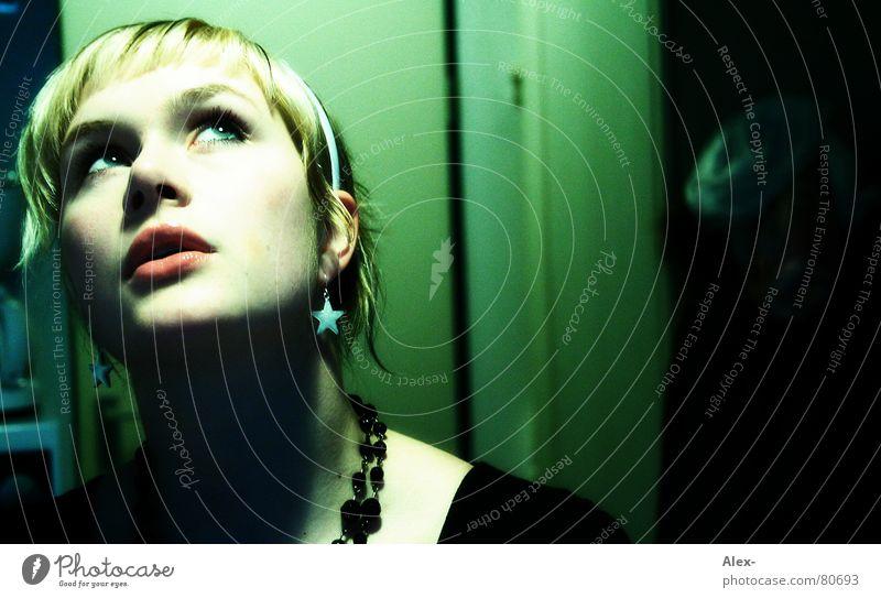 déjà vu Frau Jugendliche grün Gesicht Auge dunkel kalt Kopf Denken Mund Raum Angst blond Wohnung Stern (Symbol) neu