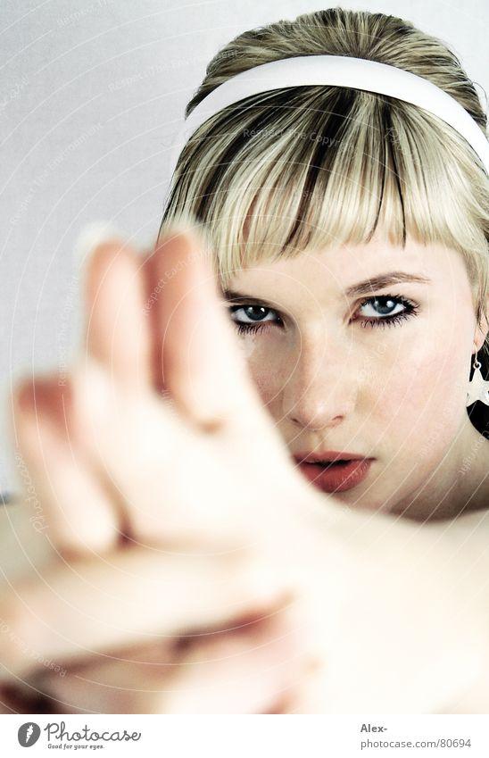 Blondgirl Frau Hand schön Gesicht Auge Haare & Frisuren Kopf Mund Kraft Angst blond Finger Stern (Symbol) süß gefährlich trist