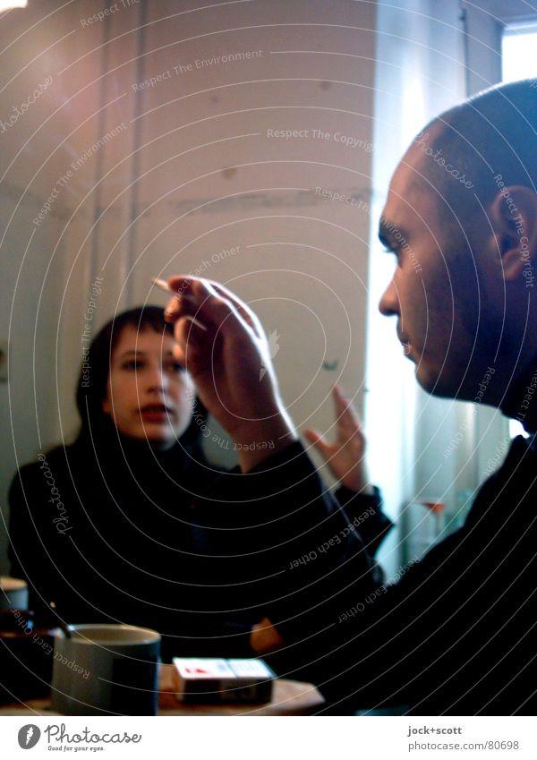 Besuch bei Nicolas und Nicolas (im Dialog) Rauchen Küche Frau Erwachsene Mann Paar Partner Leben 2 Mensch Kommunizieren Konflikt & Streit Aggression Wut Kraft
