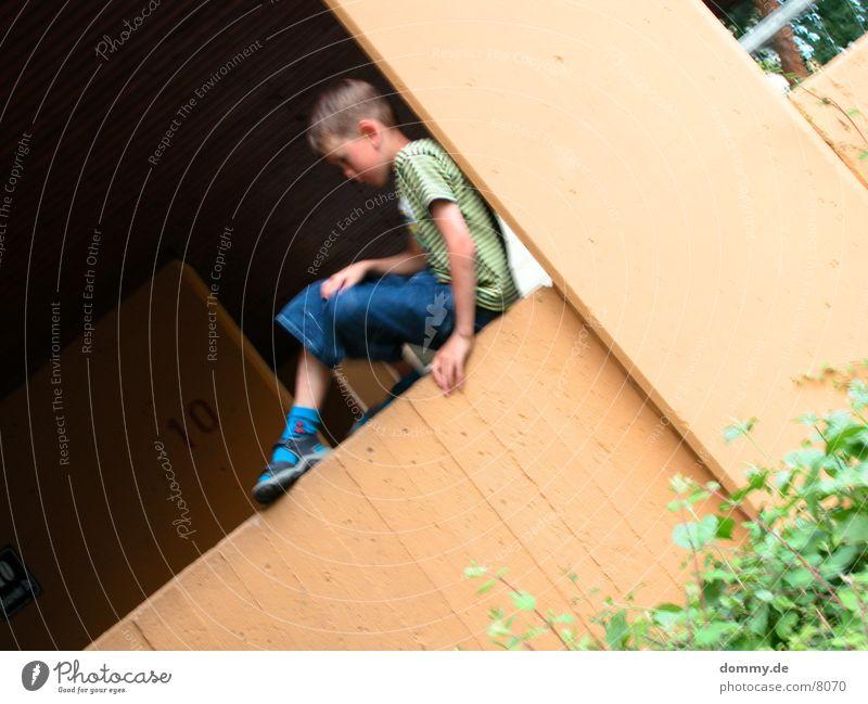 einsames Kind Spielen Mauer verrückt