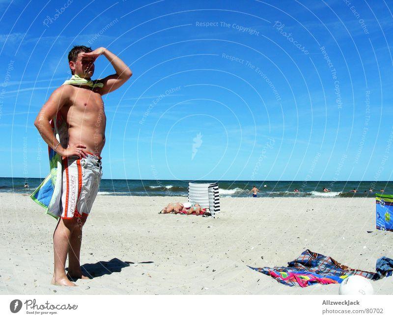Babewatch Sonnenbad Bademeister schaulustig Strand Meer Wolken Badehose Handtuch Mann Suche Kontrolle azurblau Außenaufnahme Farbenmeer mehrere Potenz