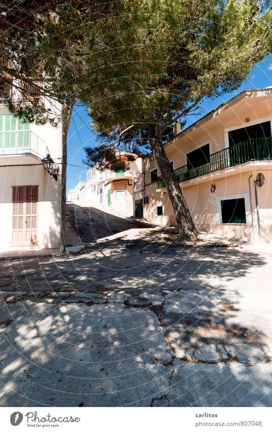 900 Sonnenstrahlen Sommer Wärme Kleinstadt Bauwerk Mauer Wand Fassade Balkon Fenster ästhetisch mediterran Mallorca Außenaufnahme Tag Licht Schatten Sonnenlicht