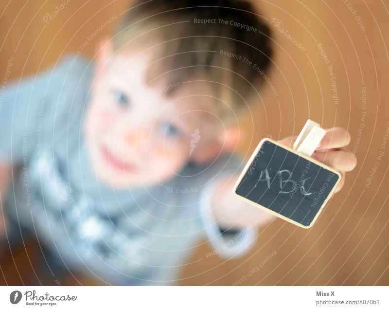 ABC Kindererziehung Kindergarten Schule lernen Klassenraum Tafel Schulkind Schüler Mensch Junge Kindheit 1 3-8 Jahre Schriftzeichen Lächeln schreiben klug