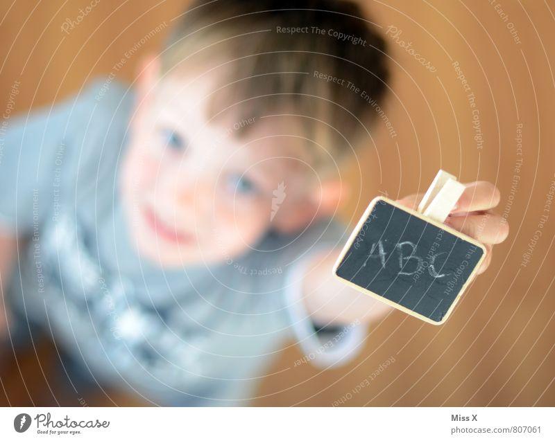 ABC Mensch Kind Freude Gefühle Junge Stimmung Schule Schilder & Markierungen Kindheit Schriftzeichen Lächeln lernen schreiben Schüler Tafel Kindergarten