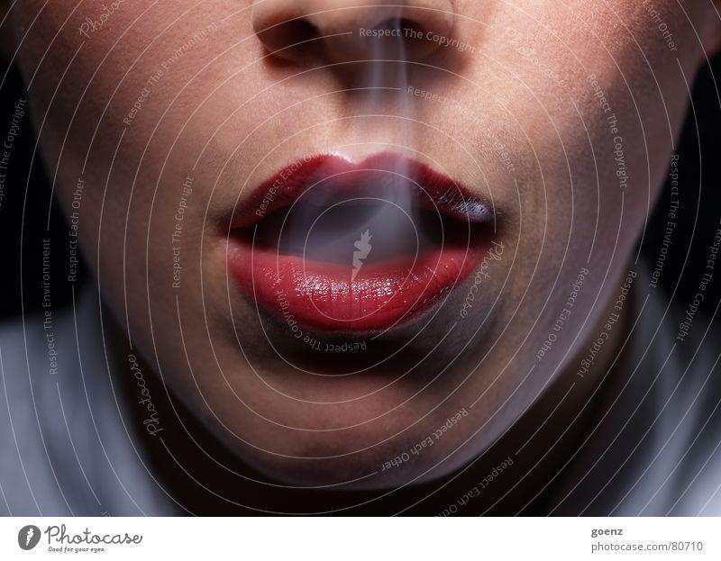 Mafia I Frau rot Mund Rauchen Lippen Rauch Wange Bildausschnitt Anschnitt Frauengesicht ungesund Gesichtsausschnitt Frauenmund inhalieren Zigarettenrauch