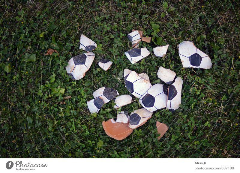 1 : 0 Traurigkeit Sport Spielen Fußball kaputt Ball gebrochen Desaster Frustration Fußballplatz Weltmeisterschaft Scherbe Ballsport Verlierer