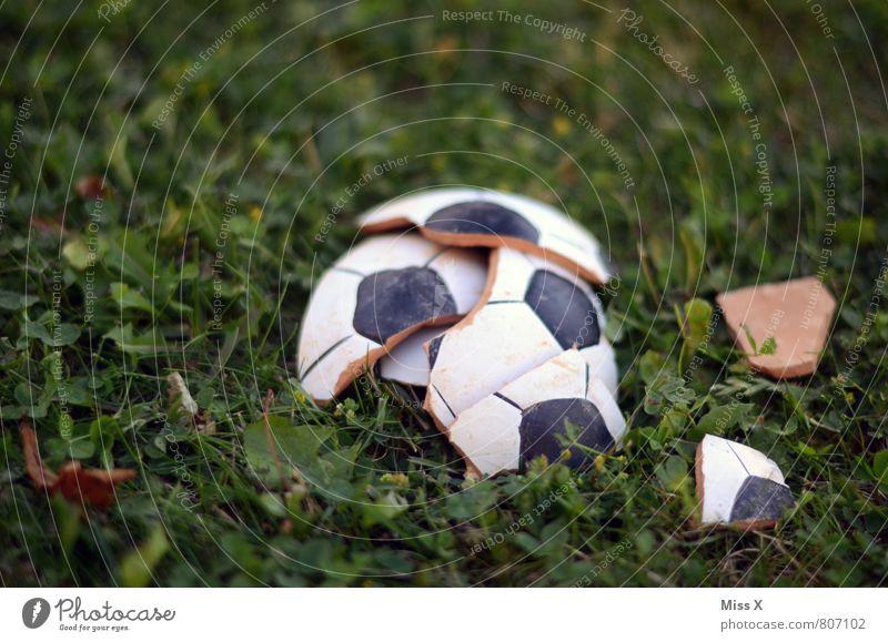 Vorbei Traurigkeit Gefühle Wiese Gras Sport Stimmung kaputt Fußball Ball Wut Ende Verzweiflung gebrochen Sportveranstaltung Ärger Hoffnungslosigkeit