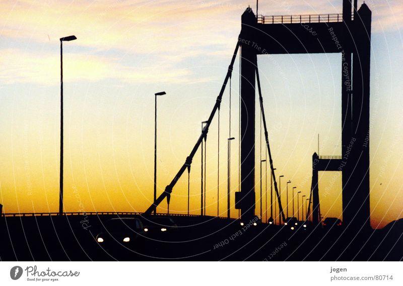 Homberg - Skyline Ruhrort Nordrhein-Westfalen Autofahren Gegenlicht stark bewegungslos gelb schwarz Brückenpfeiler Abendsonne Duisburg Sonnenuntergang