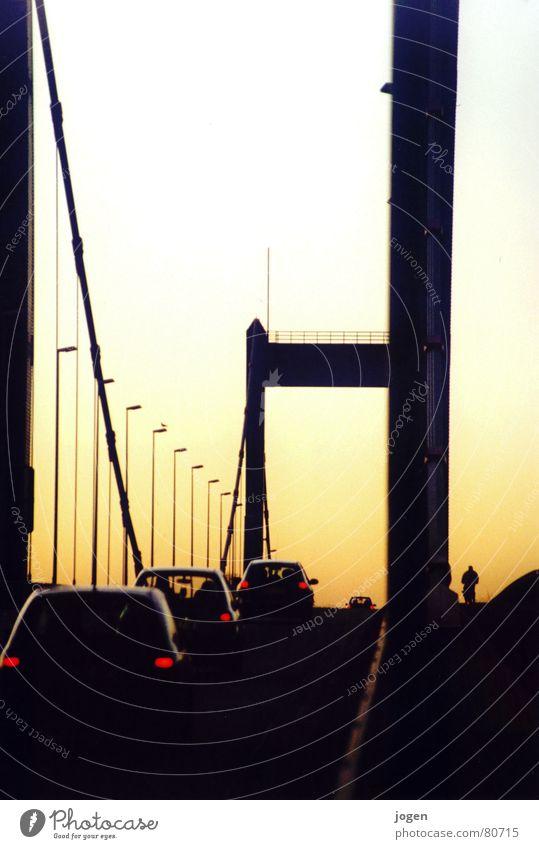Homberg - Skyline 2 Ruhrort Nordrhein-Westfalen Autofahren Gegenlicht stark bewegungslos gelb schwarz Brückenpfeiler Abendsonne Duisburg Sonnenuntergang