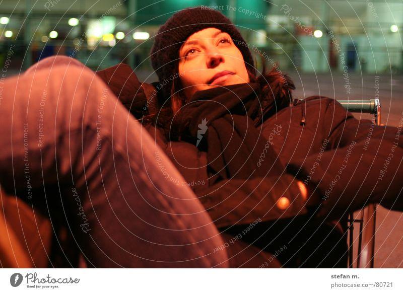 einkaufen... Frau Mensch ruhig kalt Erholung lachen grinsen gemütlich Parkplatz Nacht Supermarkt anlehnen Einkaufswagen angenehm Junge Frau Halbschlaf