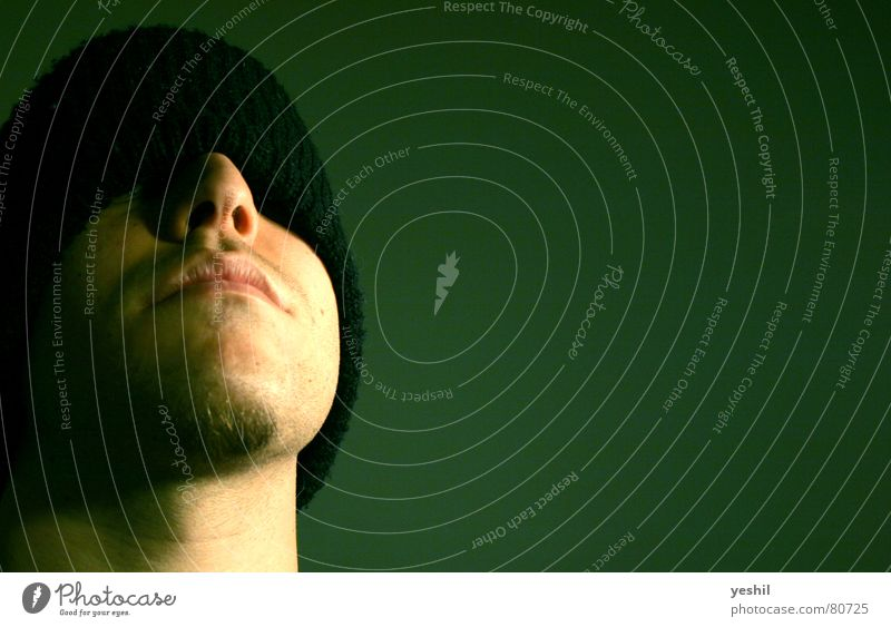 Watch out! Mensch Mann Jugendliche grün Nase Coolness gefährlich Konzert Bart Mütze Dieb Charakter Krimineller Nasenloch Junger Mann Grobian