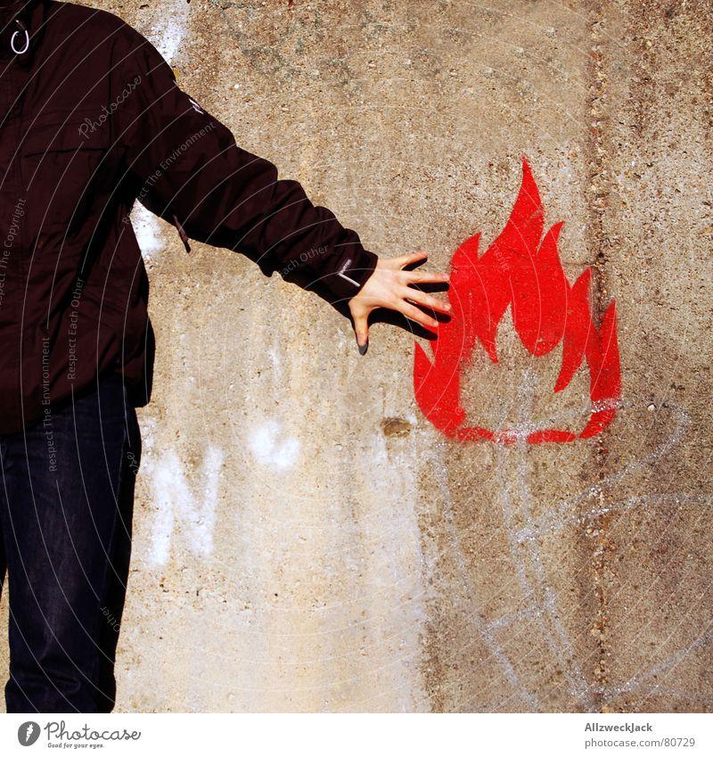 Flammable Mensch Mann Hand rot Wand Graffiti Mauer Brand gefährlich Symbole & Metaphern Schmerz Warnhinweis brennen Typ Flamme Schilder & Markierungen