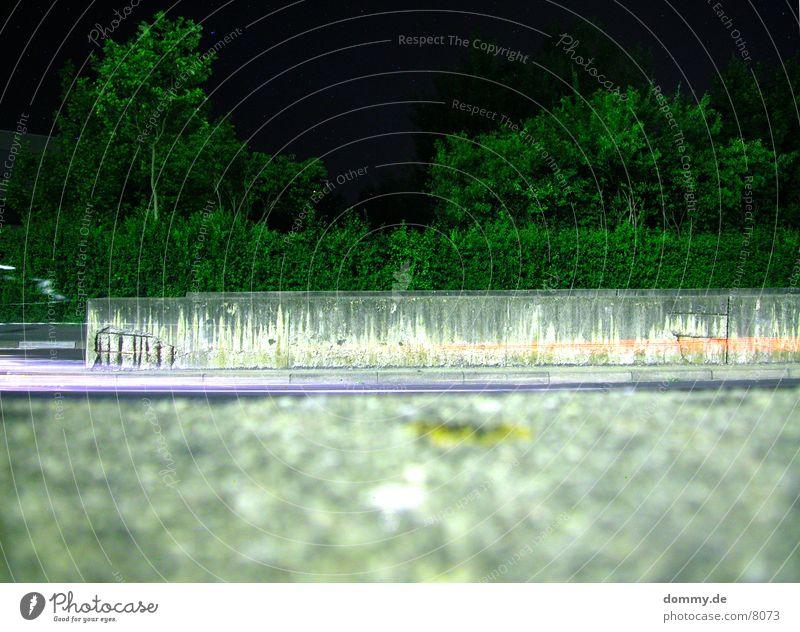 Nachts Mauer Sträucher Langzeitbelichtung Straße Licht