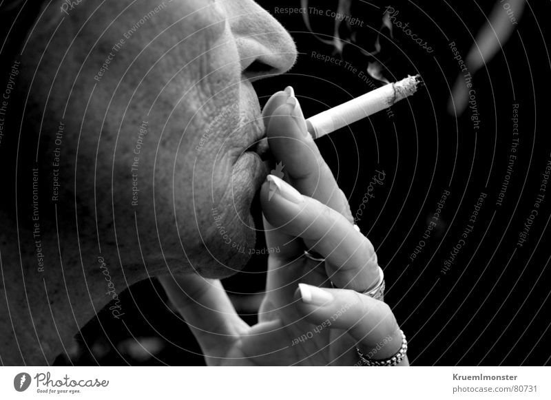 Rauchen kann tödlich sein!!! Frau Hand Gesicht Senior Finger Rauchen Dame Rauch Weiblicher Senior Zigarette Nagel ungesund fatal Maniküre schädlich