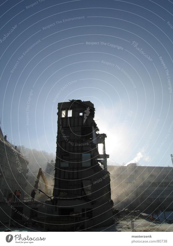 Ruine Sonne verfallen Ruine Kran Bauarbeiter Demontage Bagger