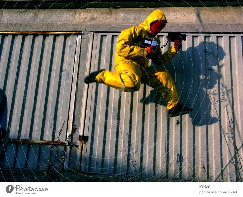 gelb™ on air Freude gelb springen grau laufen fliegen rennen Geschwindigkeit Luftverkehr Rasen Kommunizieren Fotokamera Maske Anzug obskur Karnevalskostüm