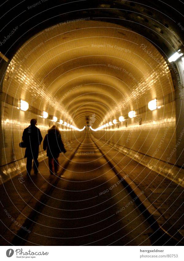 Elbtunnel Frau Mann Ferien & Urlaub & Reisen gelb Ferne Straße Lampe dunkel Paar Wege & Pfade Wärme Linie braun 2 Angst Hamburg
