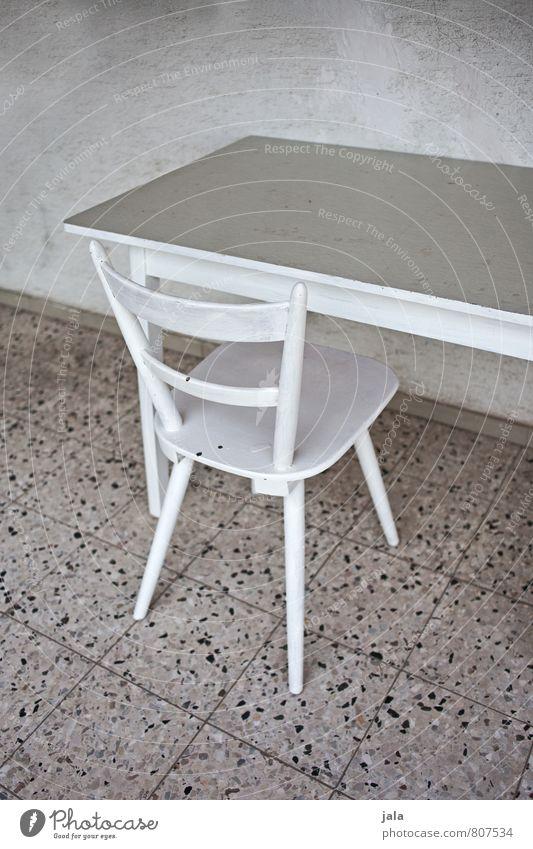 sitzplatz Stuhl Tisch Mauer Wand Fassade Fliesen u. Kacheln trist grau weiß Sitzgelegenheit Farbfoto Außenaufnahme Menschenleer Tag