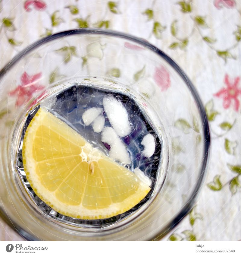 ein GinTonic am Morgen Zitronenscheibe Ernährung Getränk Erfrischungsgetränk Trinkwasser Alkohol Spirituosen Longdrink Cocktail Glas Tischwäsche Eiswürfel