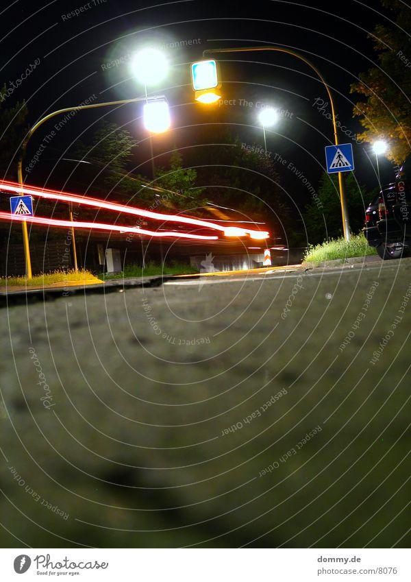 Zurück in die Zukunft Nacht Fußgänger Fußgängerübergang Langzeitbelichtung PKW Licht Straße