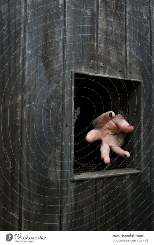 Die Hand aus dem Dunkeln schwarz dunkel Holz Traurigkeit braun Angst dreckig Tür Finger gefährlich trist Streifen Wut Tor machen