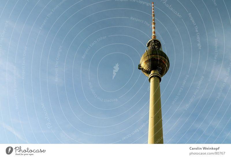 Fernsehturm. Himmel blau weiß rot Winter Wolken Berlin Deutschland Glas hoch groß Romantik Kultur Telekommunikation Bauwerk