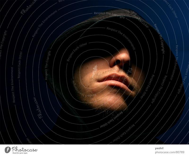 Darkness! Mensch Mann blau schwarz dunkel Mund Erwachsene Nase Coolness gefährlich bedrohlich böse Aggression Kapuze Krimineller vermummt