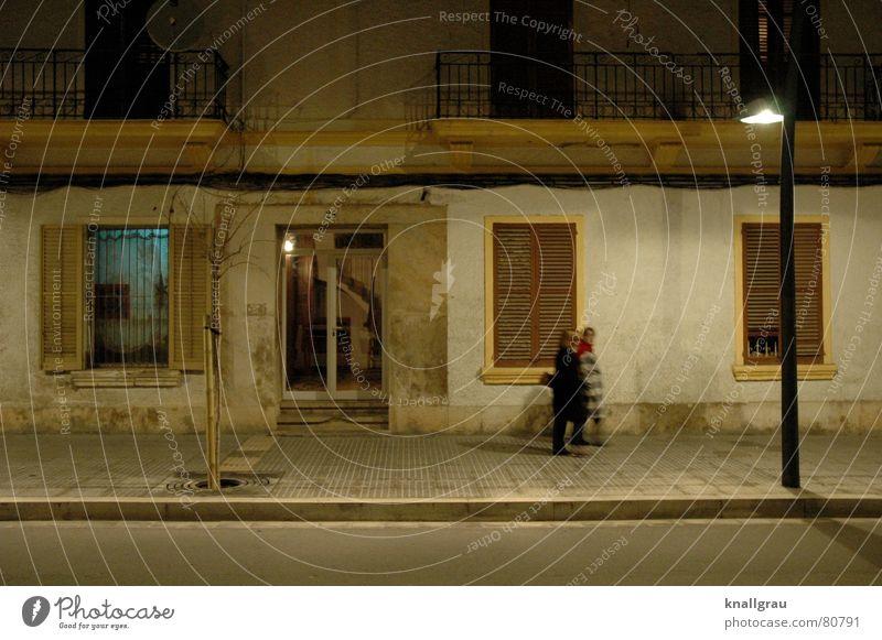 Bei der Laterne verbarrikadiert Jalousie bewohnt Gitter Ibiza passieren trödeln Asphalt Fenster geschlossen Haus braun sprechen gehen erleuchten Nacht